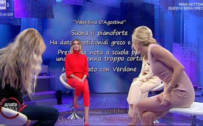 Francesca Fialdini seduta gambe da noi a ruota libera