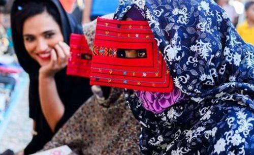 Những phụ nữ đeo mặt nạ bí ẩn ở Trung Đông 10