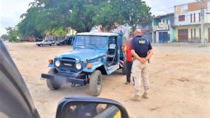 Motorista é flagrado dirigindo caminhonete sentado em cadeira de bar em Feira de Santana — Foto: Divulgação / PRF