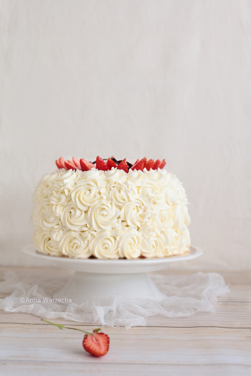 Tort bezowy z truskawkami