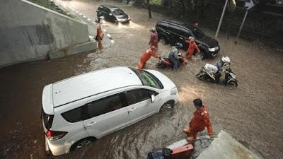 Kendaraan Mogok Saat Banjir Karena Hujan