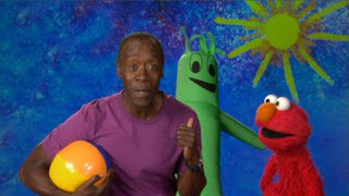 Don Cheadle and Elmo talk about inflate. the word on the Street inflate. celebrity. Sesame Street Episode 4324 Trashgiving Day season 43