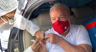 Ex-presidente Lula recebe primeira dose da vacina contra a COVID-19 em São Bernardo dos Campos SP