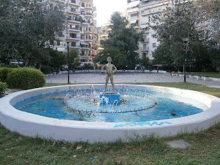 γλυπτό Παιδί που Σφυρίζει στο σιντριβάνι της πλατείας Ναυαρίνου στη Θεσσαλονίκη