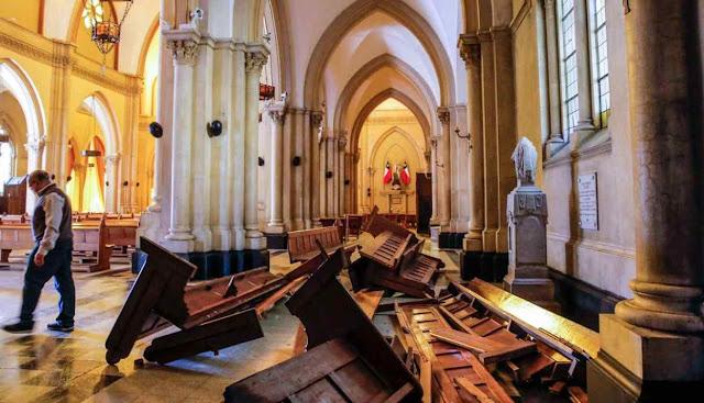 Igrejas depredadas em Santiago do Chile, mas progressismo católico coopera com subversivos.