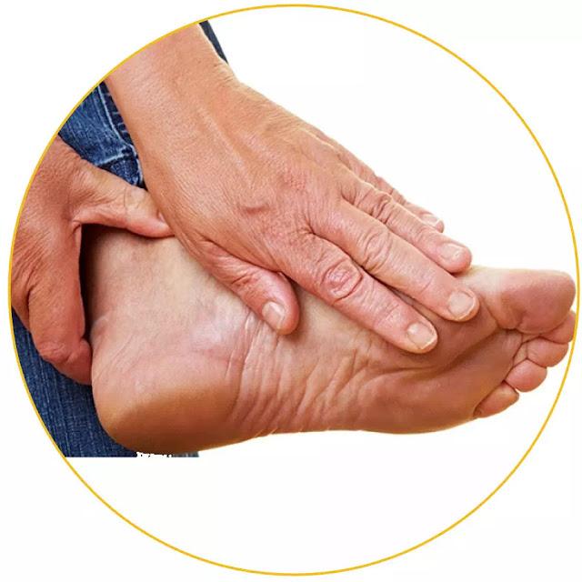 Di masyarakat Indonesia, gout dikenal dengan istilah penyakit asam urat. Butuh diagnosis medis untuk mengetahui karakteristik pasti kondisi penderita gout. Akan tetapi umumnya gejala gejala maupun ciri gout bisa dirasakan penderita contohnya adalah: