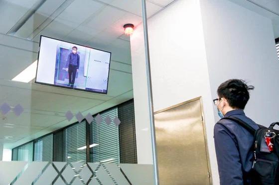 China tiene cámaras que detectan sonrisa de empleados