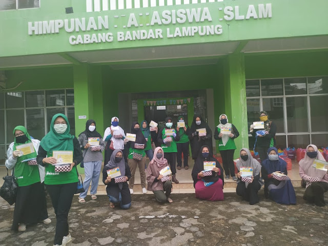 dr.Zam Ketua Forhati Lampung dan Riana Ketua PKK Lampung bagikan nasi kotak untuk berbuka puasa