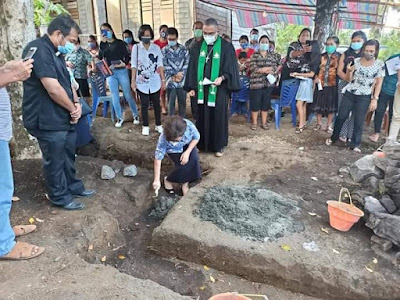 Waket WKI  GMIM  Pnt Juyeta PA Runtuwene (JPAR) Letakkan Batu Pertama Pembangunan Pastori Bailang