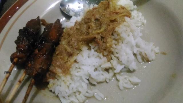 Sajian sate ayam dan nasi putih