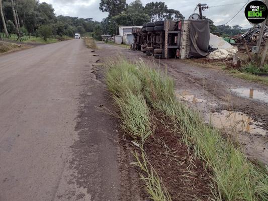 Motorista tomba carreta em Turvo e sofre ferimentos leves