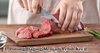 Potong Daging Menjadi Lebih Kecil merupakan salah satu tips mudah mengolah daging qurban sebelum dimasak