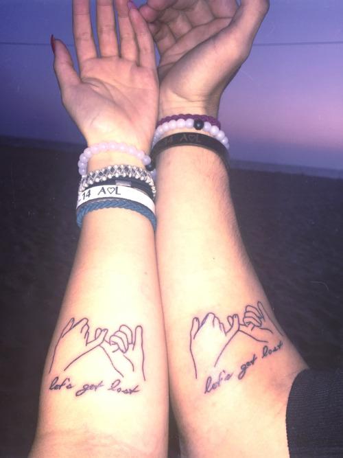 Tatuaje de pareja con dos manos que se cogen del meñoque