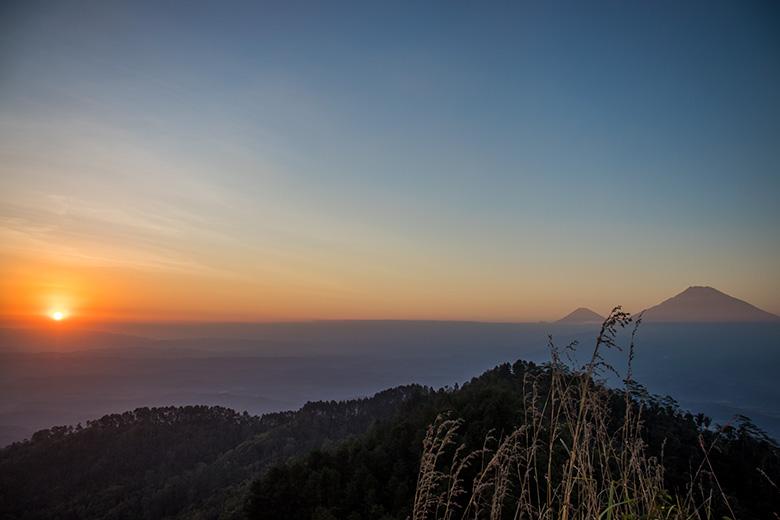 Matahari Terbenam di Puncak Gunung Kunir Purworejo