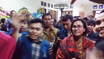 Menkeu Sri Mulyani Diajak Foto Selfie di Undip