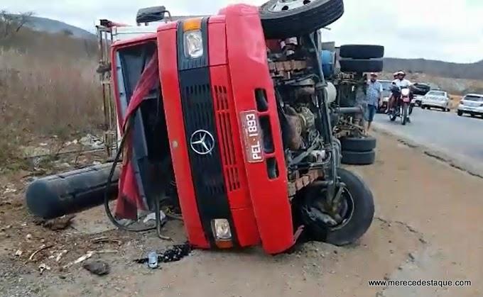 Caminhão tomba na BR-104 próximo ao distrito de Pão de Açúcar