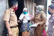 Kades Sukarame Kecamatan Caringin-Garut, Terjun Langsung Serahkan Dana BLTD