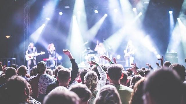 Bejelentette a kormány a raktárkoncertek részleteit: így kaphatnak a zenészek a milliárdokból – Demjén Rózsira és Tóth Gabira is számítanak
