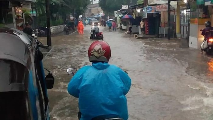 Kemang Utara Terendam Banjir, Lalu Lintas Terganggu. Begini Curhat Warga