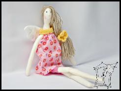 Anielica z szydełkowymi detalami