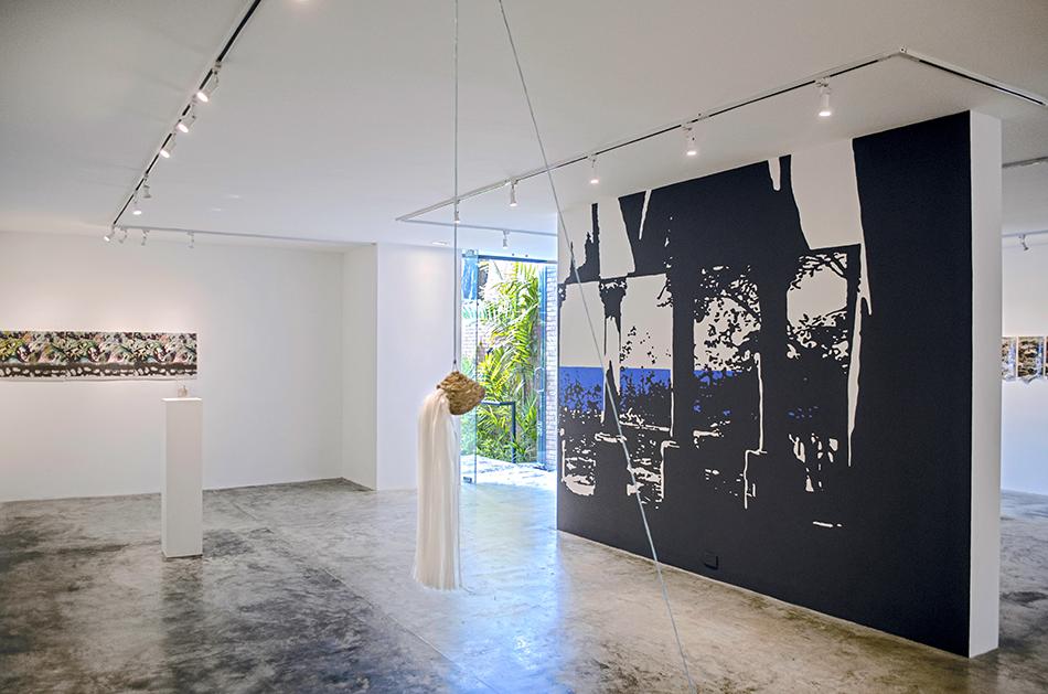 vista de sala de la exposición tropical moderno de manuel eduardo gonzález