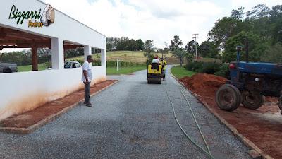 Execução da calçamento de pedra em rua de pedra com as guias de pedra em entrada da sede da fazenda em Atibaia-SP. Calçamento com pedrisco cinza com espessura de 3 cm.