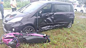 Siku lelaki bebadi nyawa, motosikal belantak enggau kerita