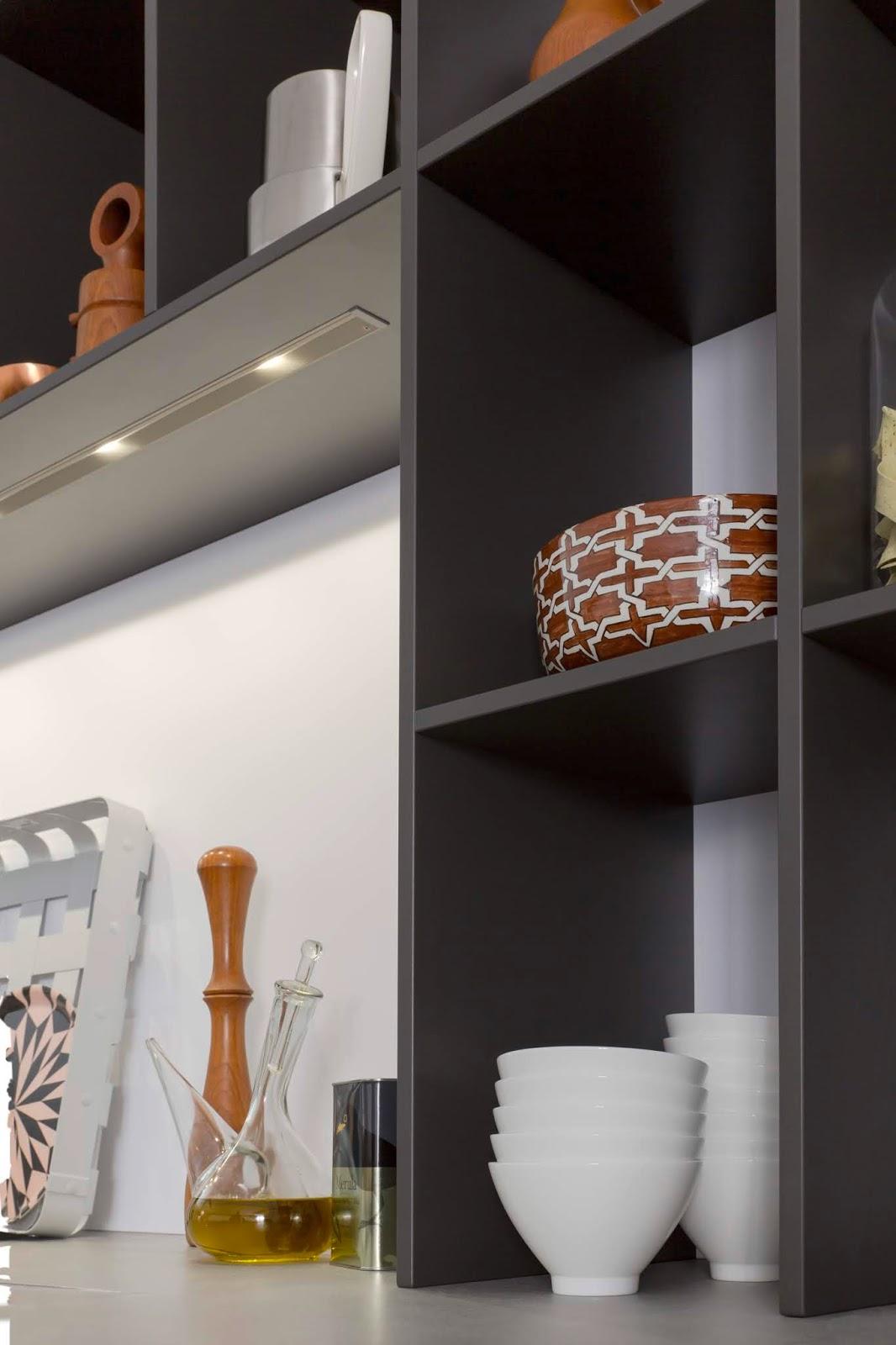 Zastosowanie półek otwartych w kuchni