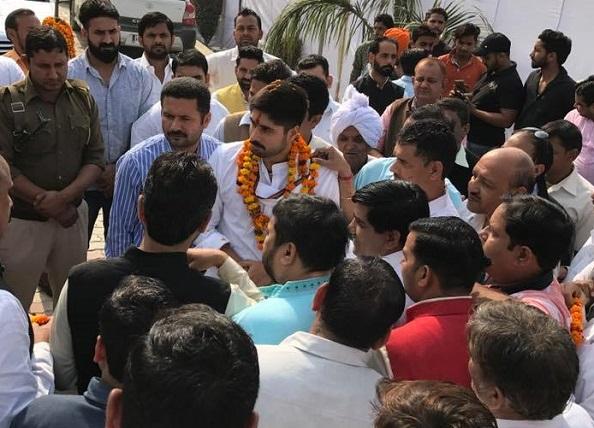 नोटबंदी पर हो रही PM मोदी की तारीफ देख बौखलाए विपक्षी नेता, उत्कर्ष चौधरी