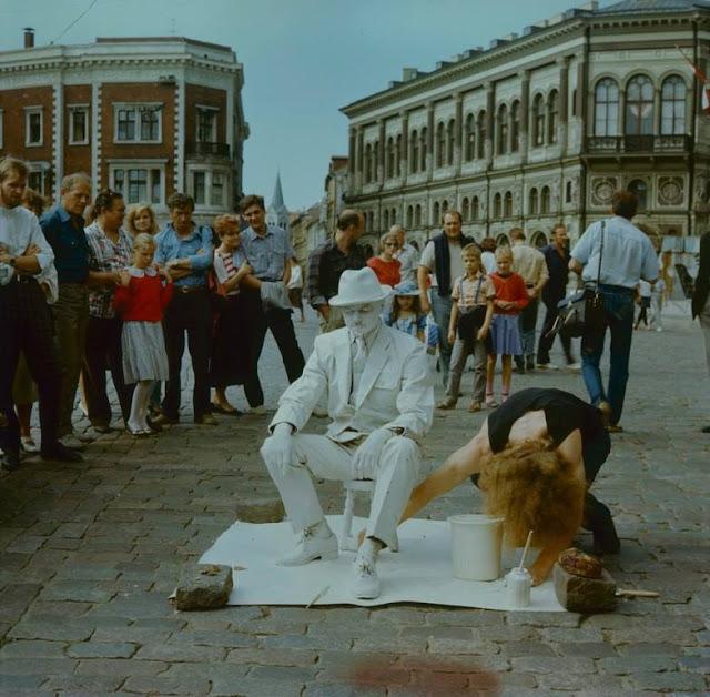 """1991 год. Рига. Домская площадь. Performance """"Bronzas cilvēks"""""""