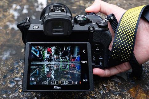 Поворотно-откидной экран камеры Nikon Z50