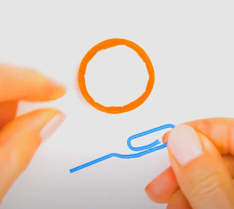 Luruskan separuh bagian kawat papper clip sebagai pegangan dan separuh bagian lainnya untuk pengait ring botol plastik.