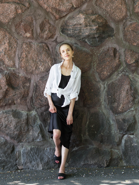 Fashion blogger summer outfit: slip dress and linen shirt - Muotibloggaaja, kesämuoti, silkkimekko, pellavapaita