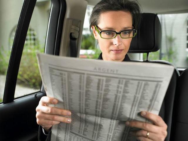 Hạn chế đọc sách, báo khi đi trên tàu xe