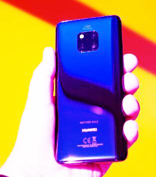 يتكون هاتف Huawei Mate 20 Pro من 3 كاميرا خلفية ويوفرتجربة هاتف كاميرا شديدة التنوع.  حتى بالنسبة للتصوير غير العادي ، فإنه يجعل الحياة أسهل عند محاولة احتواء مجموعة من العناصر البعيدة في نفس الصورة.    يتفوق الأداء الكلي للإضاءة الخافتة لل Mate 20 Pro على أداء معظم الهواتف الذكية الأخرى التي اختبرناها ، خاصةً مع الوضع الليلي الذي استمر لمدة طويلة.    تقوم المقربة الهاتفية 3x للهاتف بعمل رائع في التقاط لقطات بعيدة ، ويضيف الزوم الهجين 5x مزيجًا رقميًا يمنحك مزيدًا من الامتداد. إنه ليس مثاليًا ، لكن في اختباراتنا المقارنة ، فقد تجاوز بعض الأزيز الرقمية فقط مثل Google Pixel 3.