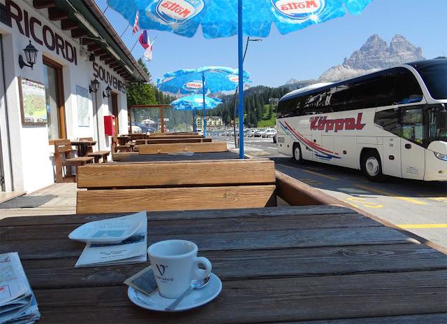 Espresso am Misurinasee, Holztisch, Reisebuss