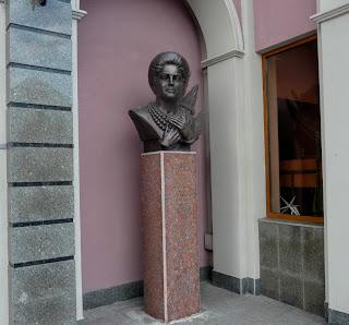 Черкассы. Филармония. Памятный знак Народной артистке Украины Раисе Кириченко