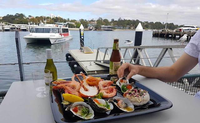 Chợ cá Sydney là nơi tuyệt vời nhất trong thành phố để thưởng thức hải sản tươi sống. Chợ nằm ở khu Pyrmont và mở cửa hằng ngày, ngoại trừ dịp Giáng sinh. Bạn có thể chọn một tour đi len lỏi tìm hiểu về hoạt động kinh doanh tại đây.