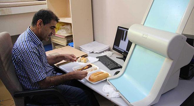Yemekhaneye gidemeyen engelli personellerin birimine yemek hizmeti sağlandı