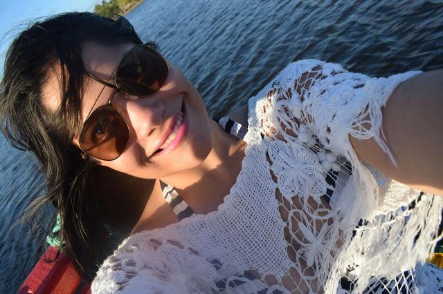 selfie de mulher morena com oculos escuros