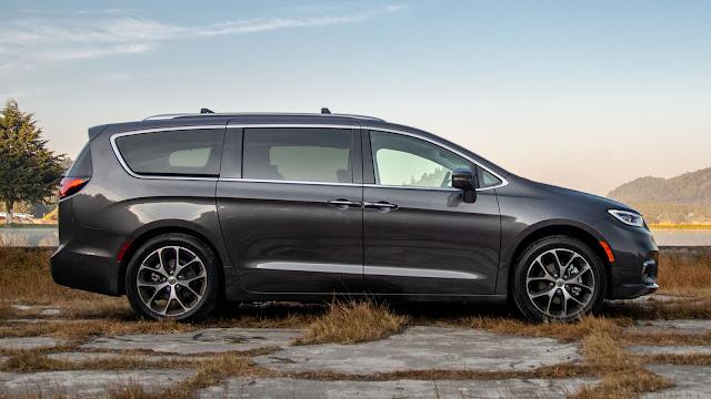 Vista lateral izquierda de minivan colos gris acero