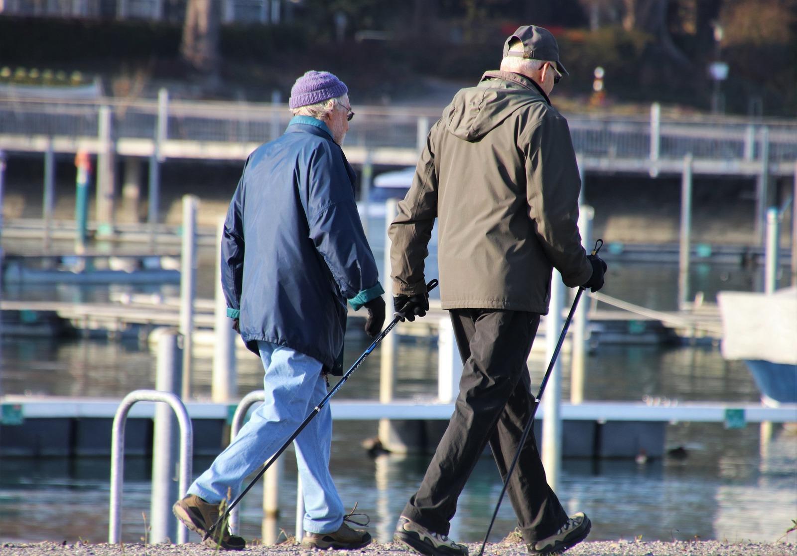 Dwoje seniorów uprawia nordic walking