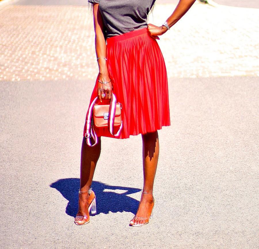 mini sac bandouliere rouge jupe plissee sandales perpex