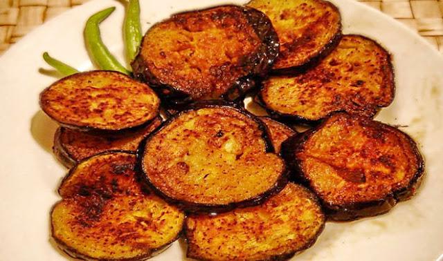 यूं बनाएं लज़ीज़ टेस्टी बैंगन बाजा,स्वाद में दम है (Tastey Brinjal Bhaja Recipe in Hindi)