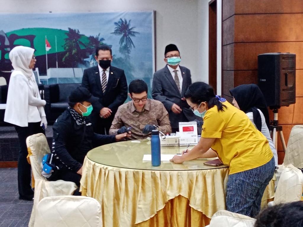 Bamsoet Fasilitasi Rapid Test Wartawan Press Room MPR RI
