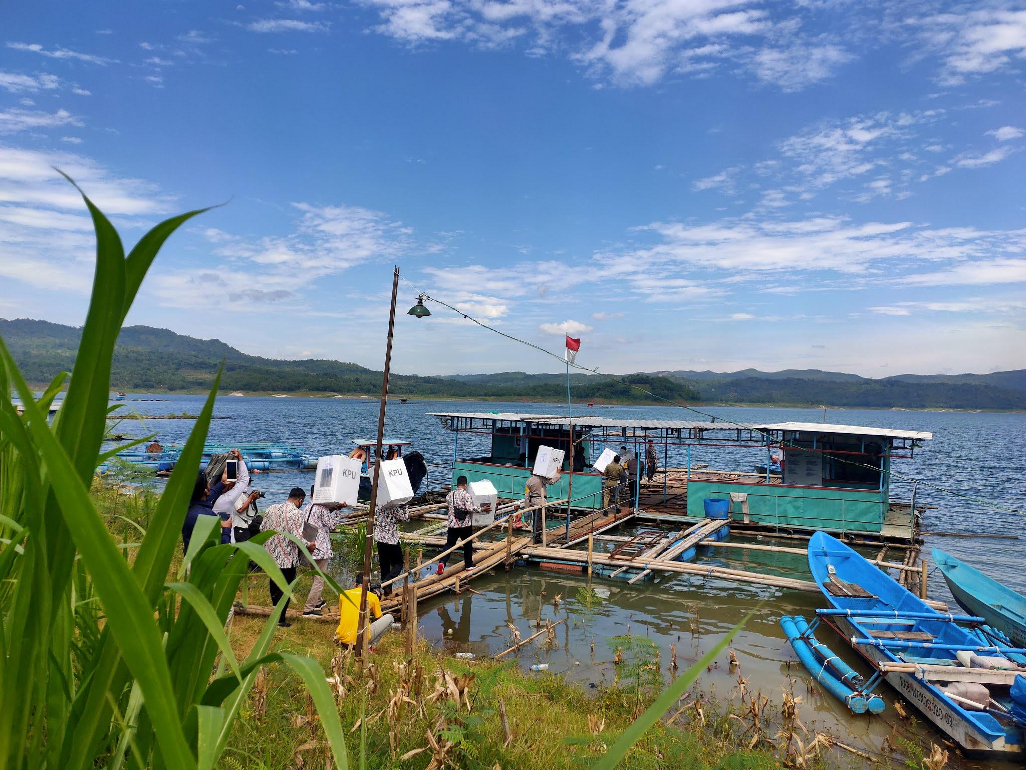 Logistik TPS Desa Kumejing Dikirim Lewat Jalur Air