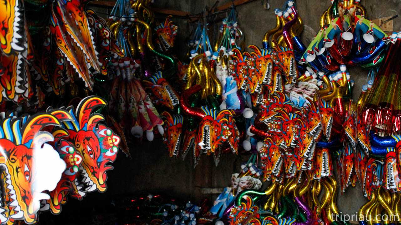 Gak Sekedar Jalan Semaraknya Suasana Kampung Terompet Mainan Berbagai Macam Bentuk Warna Dan Ukuran Mulai Dari Yang Besar Kecil Panjang Pendek Naga Lurus Hingga Tokoh