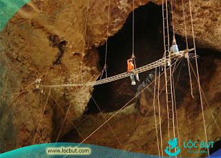 Nghề khai thác yến trong hang động.