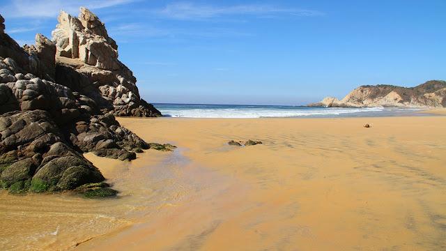 La Llorona: una playa virgen donde la arena (literalmente) habla