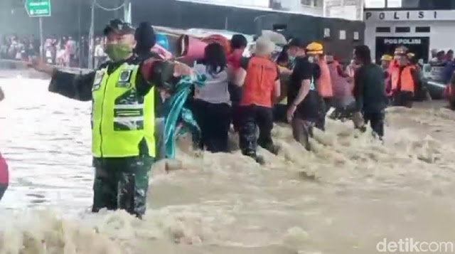 Banjir Pamanukan Subang, Evakuasi Warga Berlangsung Dramatis